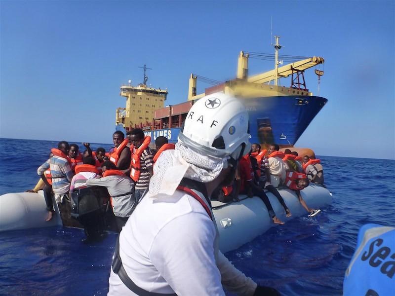 Sea Watch Mitglieder beim Rettungseinsatz Foto: Thomas Lenzen