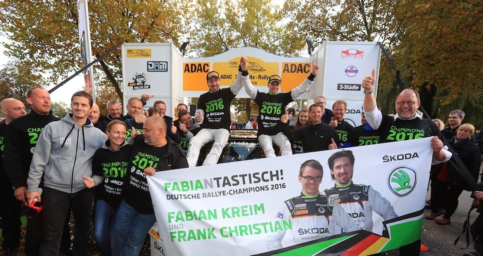 """Die neuen deutschen Rallye-Champions Fabian Kreim (D) und Frank Christian (D) feiern nach der Zieldurchfahrt ihren Triumph mit dem BRR-Einsatzteam von SKODA AUTO Deutschland. @""""obs/Skoda Auto Deutschland GmbH"""""""