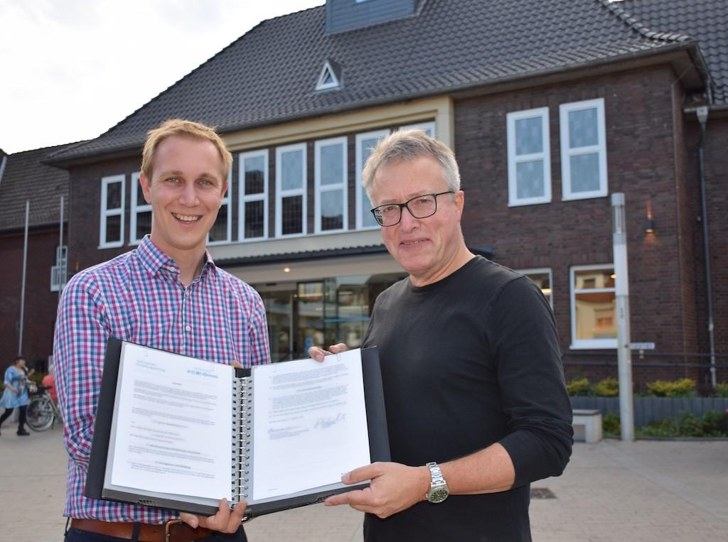 Bürgermeister Daniel Zimmermann und der geschäftsführende Intendant Reiner Michalke haben den Triennale-Vertrag unterzeichnet