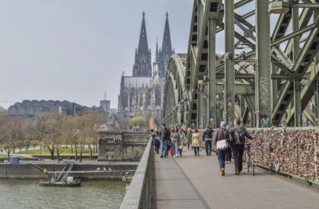 Am Rhein lässt es sich herrlich flanieren und sonnen. Doch egal ob Sonne oder Schatten – der Sonnenschutz darf nicht fehlen. Foto Pixabay.com © MichaelGaida CCO Public Domain