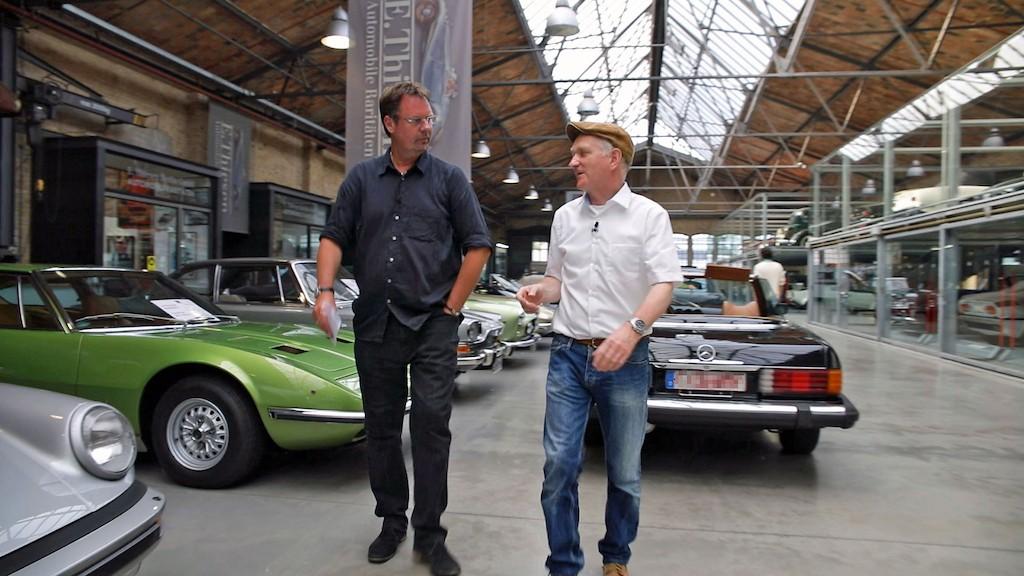 """ZDFzoom-Autor Andreas Baum zusammen mit dem Autoexperten Dipl.-Ing. Andreas Keßler Foto:""""obs/ZDF/Stefan Thöne"""""""