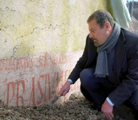 """In der """"Gasse der Balkone"""" fand das Team von Grabungsleiter Massimo Osanna an vielen Hauswänden antike Wahlwerbung. Foto (c) """"obs/ZDF"""""""