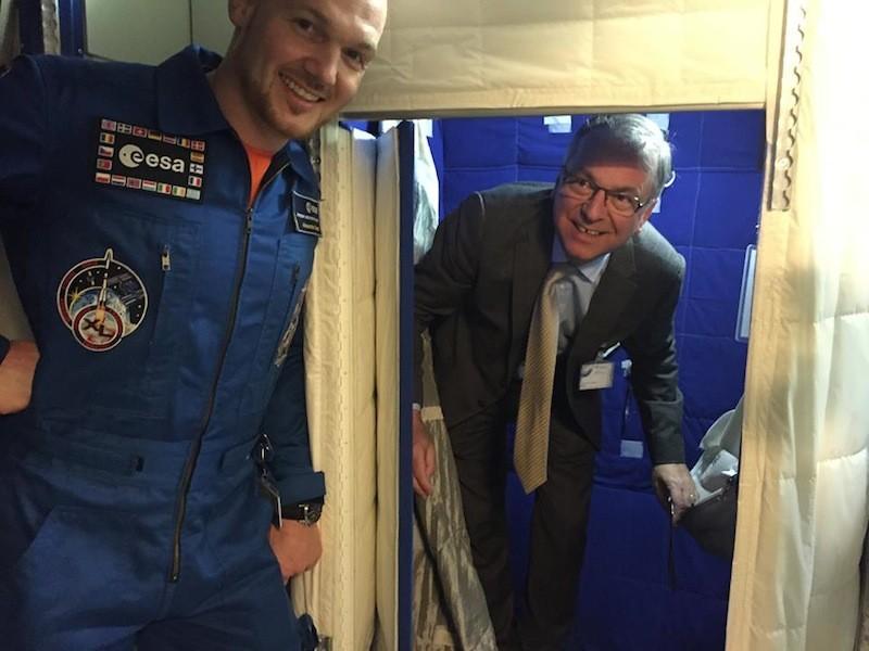 Beim letzten Treffen 2014: Alexander Gerst zeigt Heribert Hirte eine Schlafkabine der ISS – Bilder des aktuellen Treffens erhalten Sie bei der ESA-Pressestelle: Telefon: +49 2203 6001-0