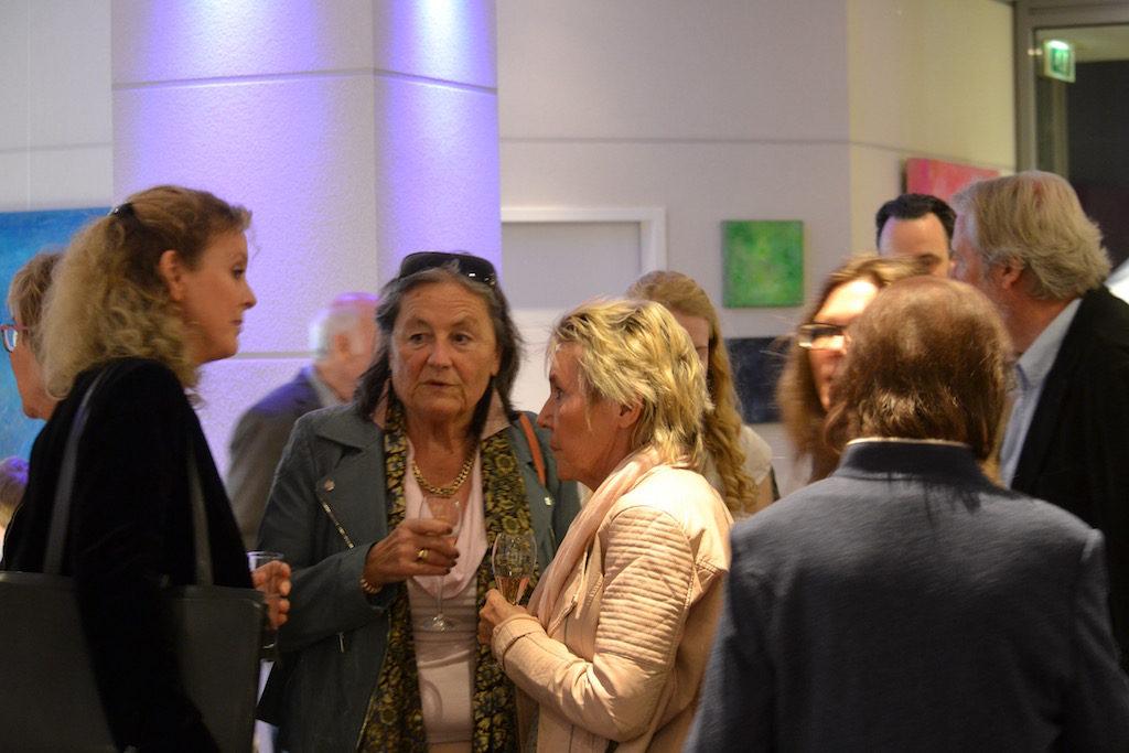 Alexa Jansen v. l.n.r im Gespräch mit Claudia Franzen und Maria Aachen