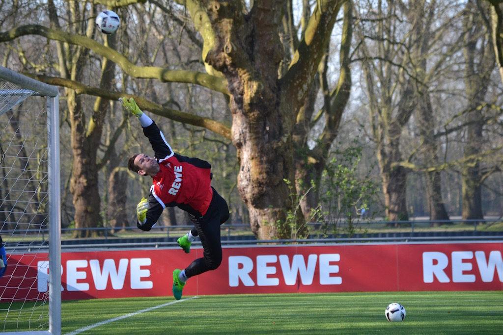 Thomas Kessler 1FC Köln fliegt durch den Strafraum
