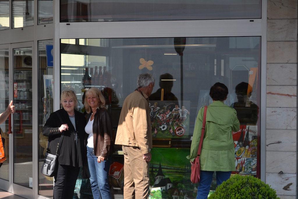 """Reni Kauka auf dem Foto links - Im Fenster """"Der erste Fußballclub Köln"""" Metzgerei Gillessen"""