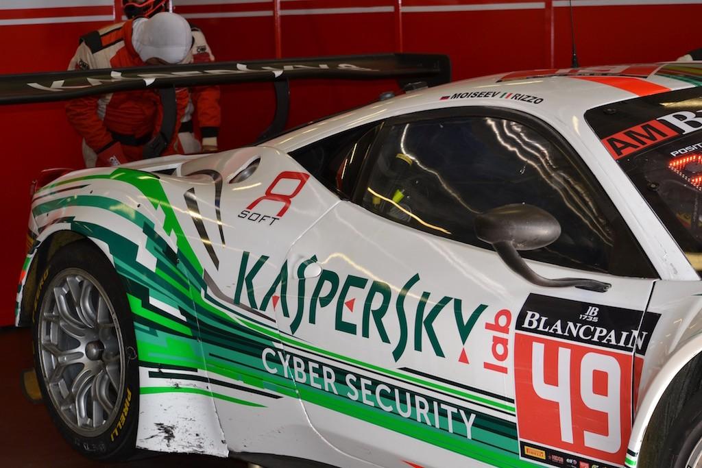 Der Kaspersky Motorsport Ferrari in der Box es wird eifrig geschraubt
