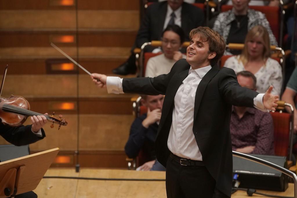 Julio García Vico am Pult des WDR SInfonieorchesters im Finalkonzert des Deutschen Dirigentenpreises 2019 Fotograf:Thomas Kost
