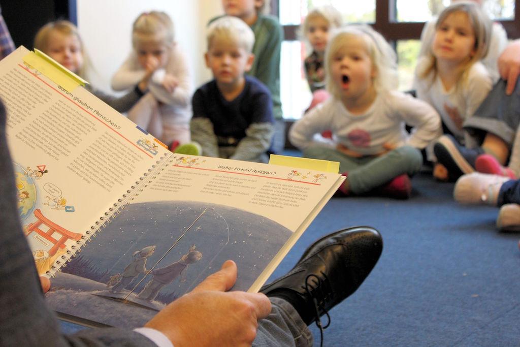 Heribert Hirte liest im Evangelischen Kindergarten Rondorf vor