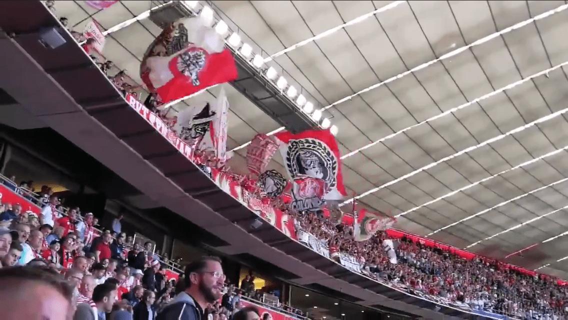 Beste Stimmung auf den Ränegn bei den FC Köln Fans in Bayern