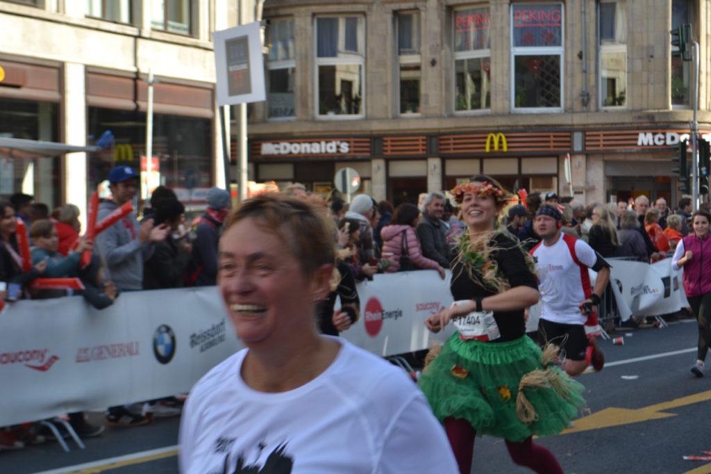 Koeln-Marathon-2017 wie immer tolle Kostüme on the road