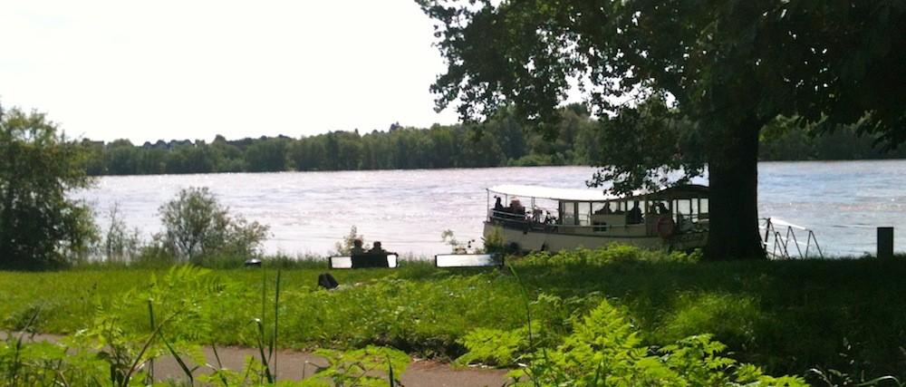 Rheinfähre Weiß bei Hochwasser
