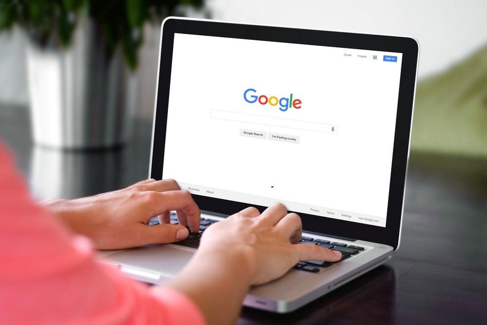 rau an Laptop bei der Googlesuche
