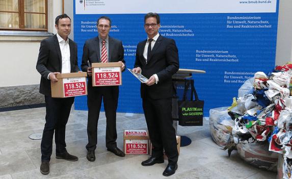 Unterschriftenuebergabe Berlin DUH