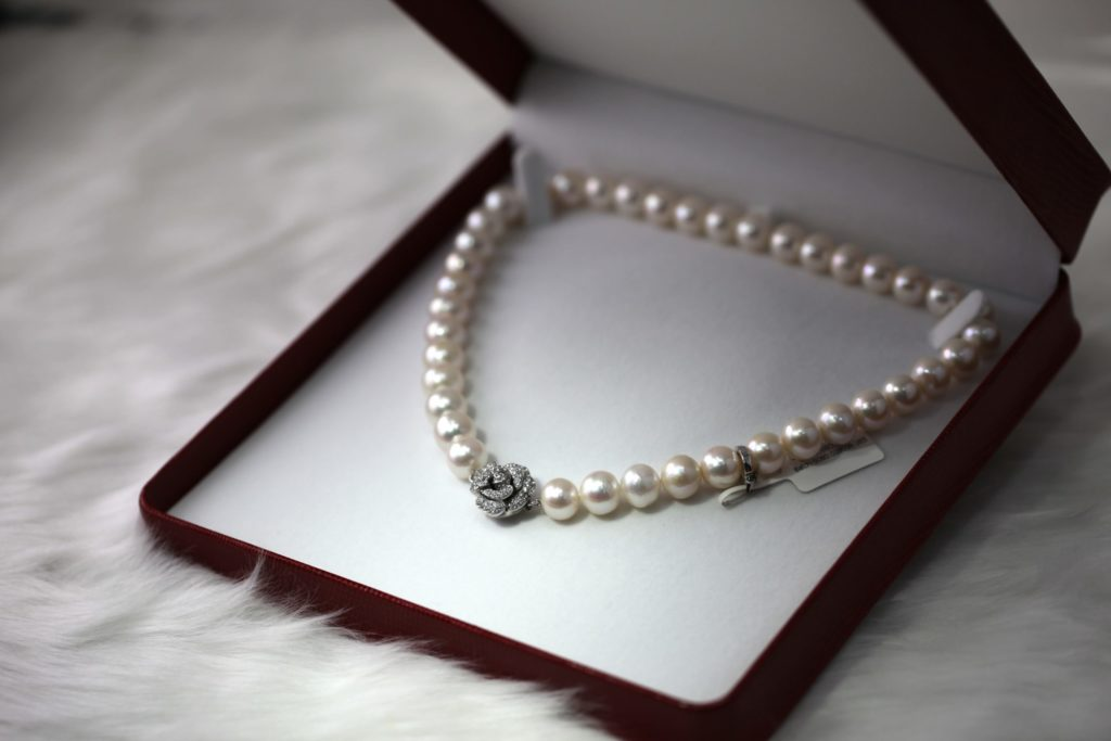 Perlenkette Schmuck Foto @corneliang unsplash