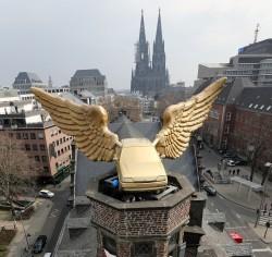 """Herausgeputztes Flügelauto verlässt Ford: Der """"Goldene Vogel"""" thront wieder auf dem Kölnischen Stadtmuseum"""