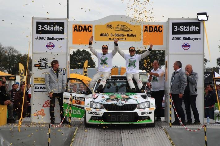 """Das SKODA AUTO Deutschland Duo Fabian Kreim und Frank Christian (D/D) jubelt wie 2016 über den Meistertitel in der Deutschen Rallye-Meisterschaft (DRM). Foto (C)""""obs Skoda Auto Deutschland GmbH"""""""