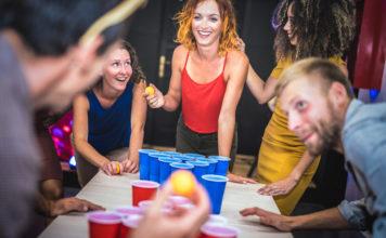 Junge Leute spielen Bier-Pong Foto (c)ViewApart