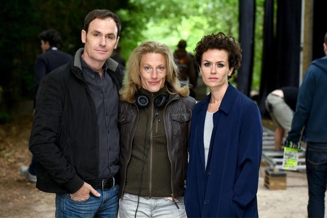 """Anian Zollner, Regisseurin Brigitte Bertele und Melika Foroutan am Set von """"Begierde - Jäger in der Nacht"""" (Bild: WDR/Christoph Assmann)"""