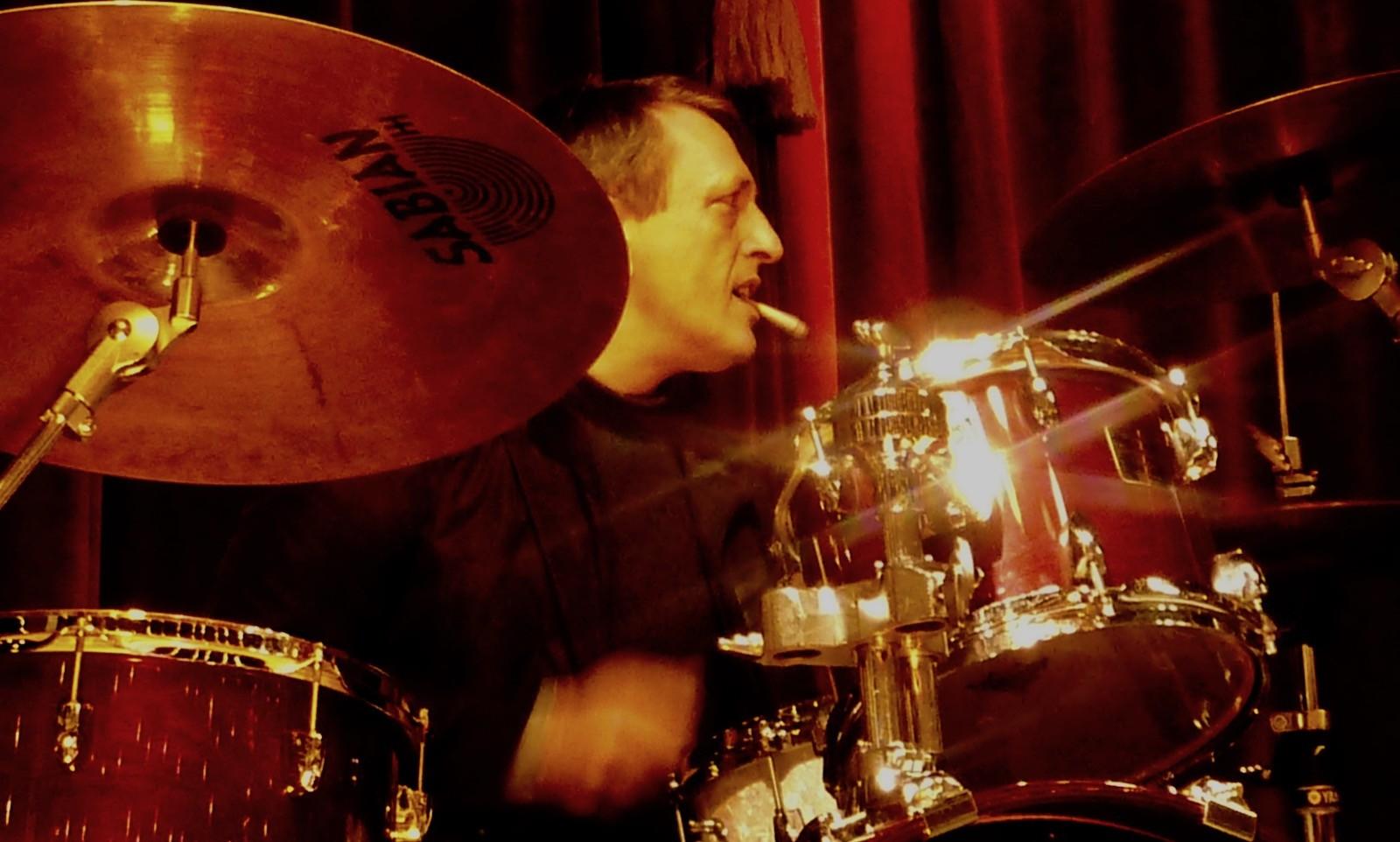 Jazzie am Drumset