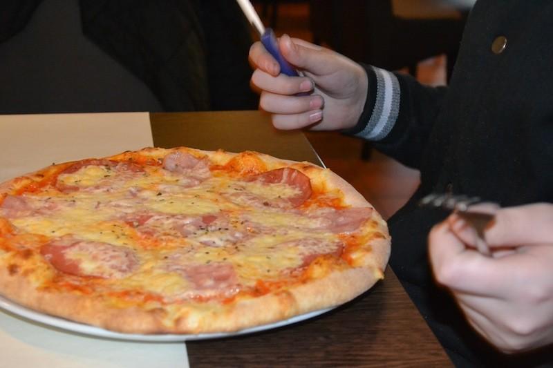 Die leckere Pizza für den Junior auf dem Tisch